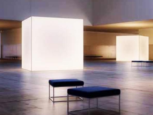 beleuchtete Würfelkonstruktionen Blanko in einer grossen  modernen Museumshalle