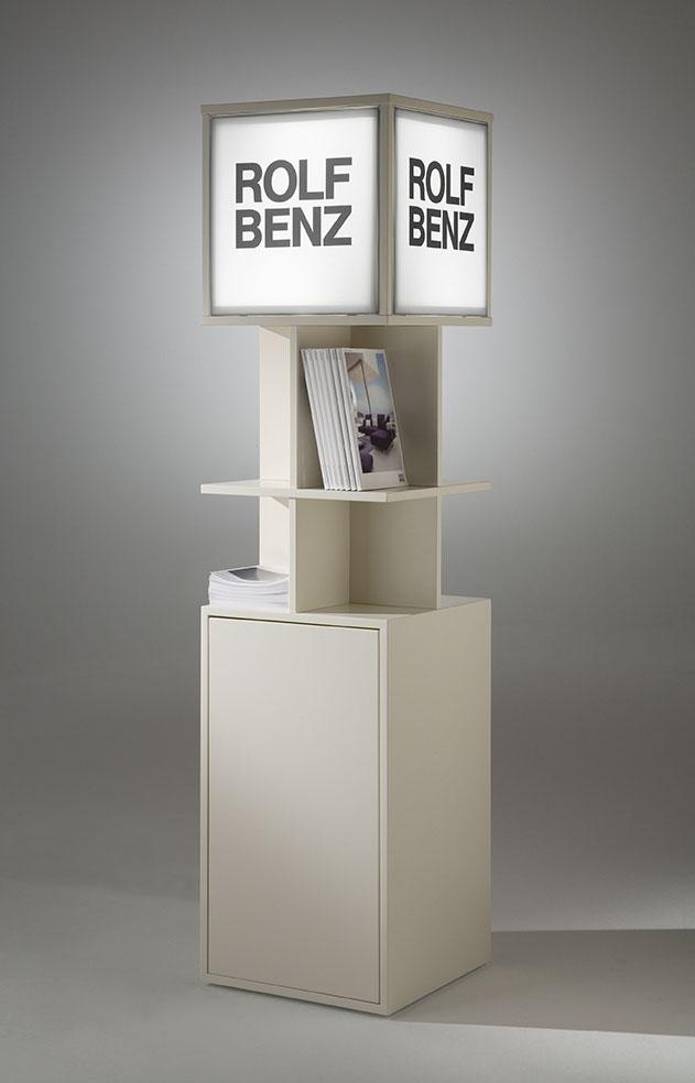 Displayständer mit integriertem Regal und Leuchtkastenwürfel on Top