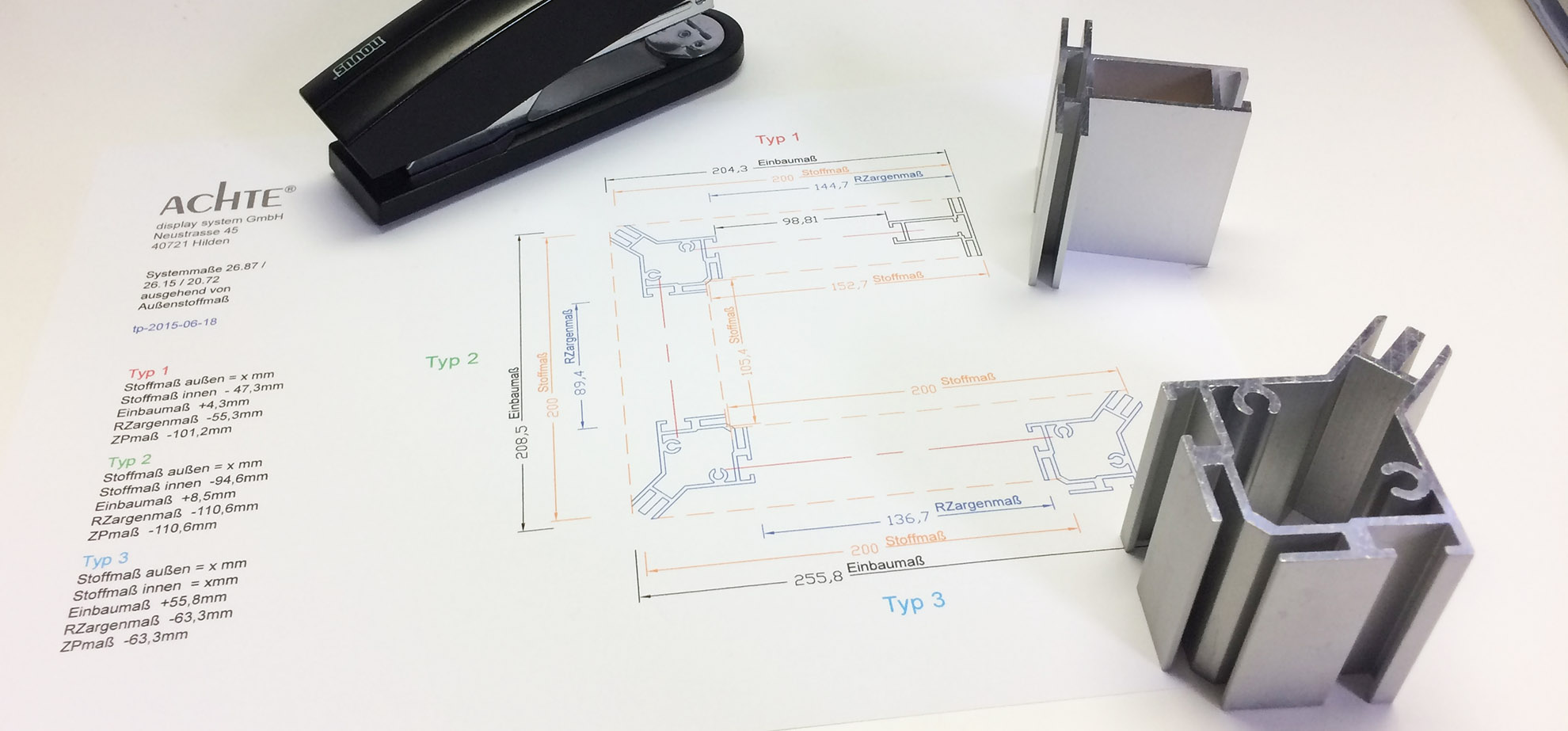 ACHTE technische Zeichnung auf Schreibtisch