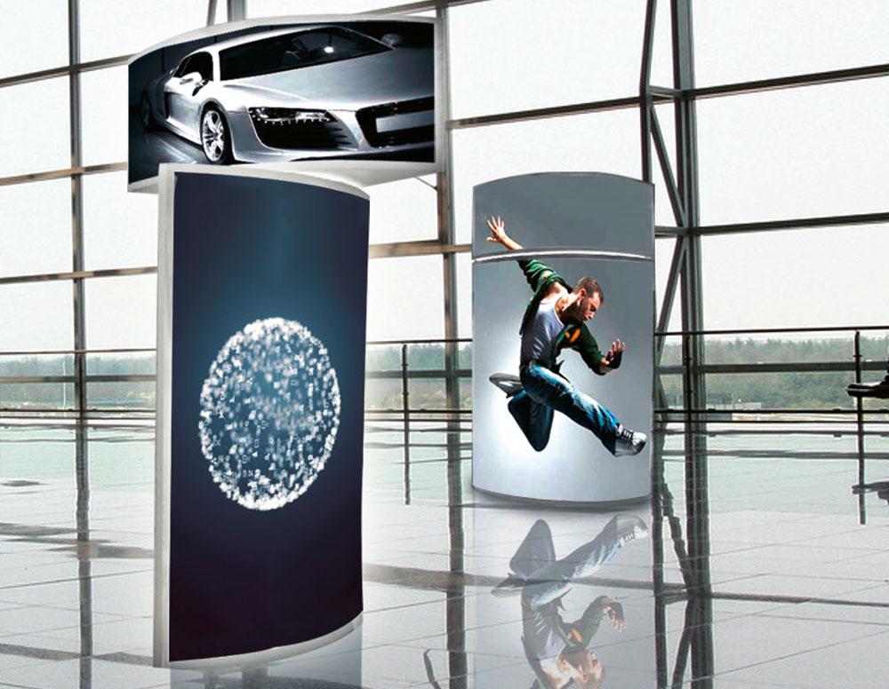 Displays in einer Flughafenhalle