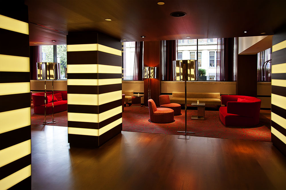beleuchtete Säulen in einem Loungebereich