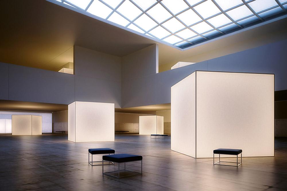 mehrere beleuchtete Würfel in einem  Ausstellungsbereich